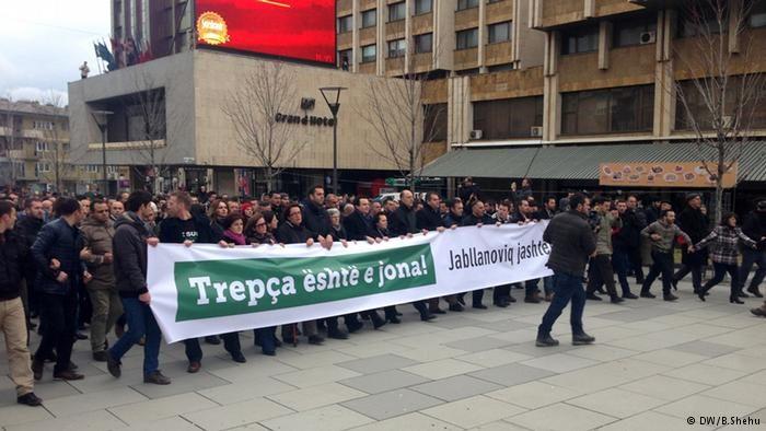 ausende Kosovo-Albaner demonstrierten gegen Regierung